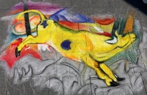 Kunstklassiker auf den Pflastersteinen vor dem Fachmarktzentrum Cité
